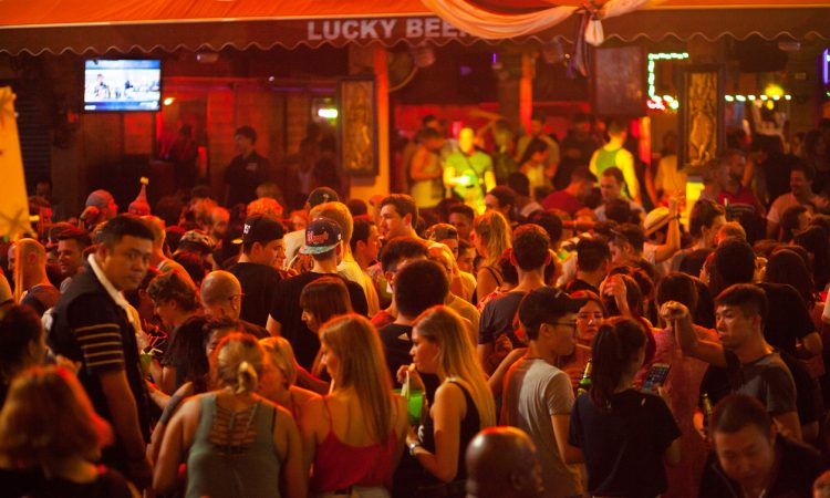 5 Tips That Make Getting a Drink at a Crowded Bar a Lot Easier